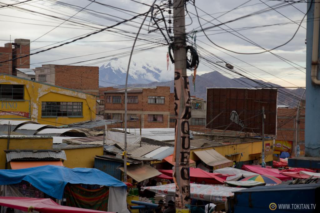 Un mar de toldos y carpas cubre las calles colindantes al Mercado Rodríguez de La Paz.