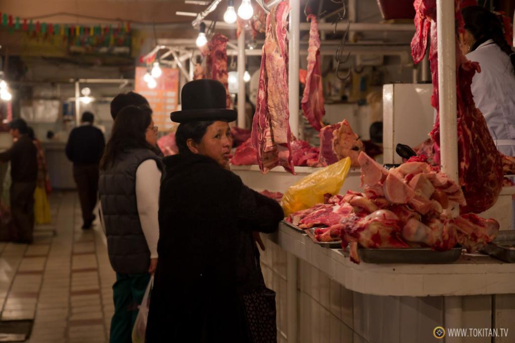 Una mujer hace la compra en el mercado de carne de la calle Rodríguez de La Paz.