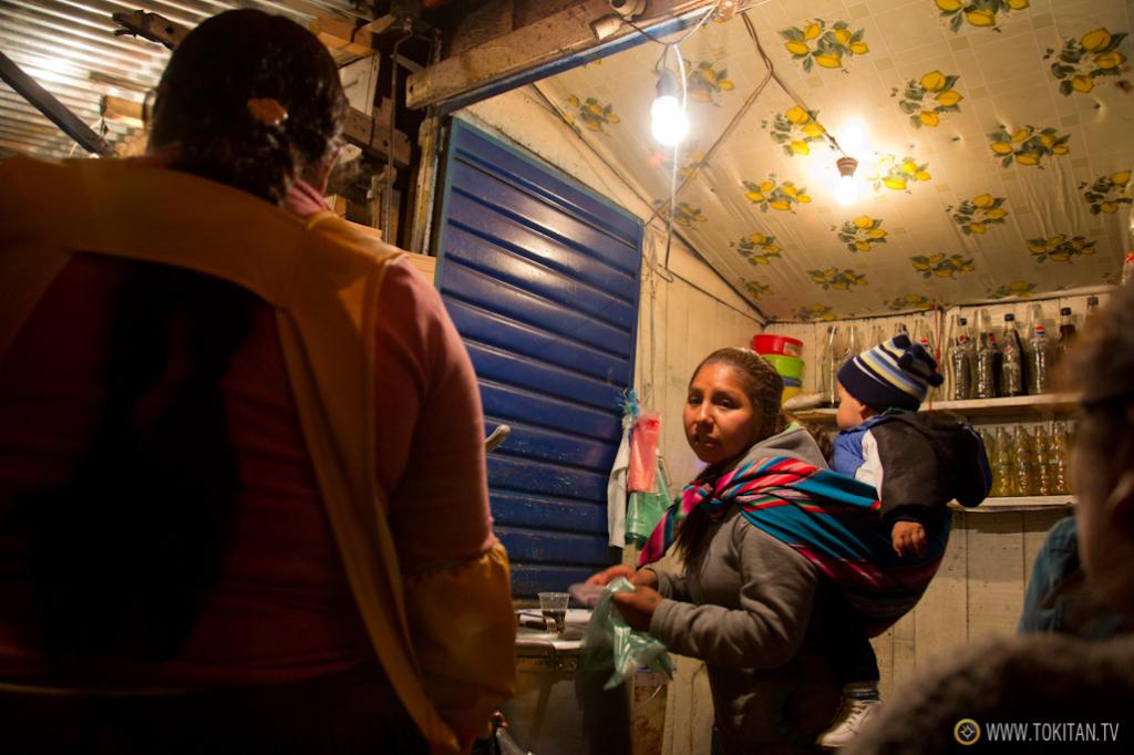 Dos mujeres del altiplano regentan la chicharronería por la que me decanté en este mercado de La Paz.