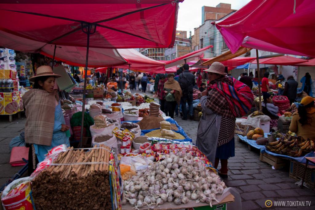 Cereales, legumbres y especias son algunos de los productos que se pueden comprar en este mercado de La Paz.