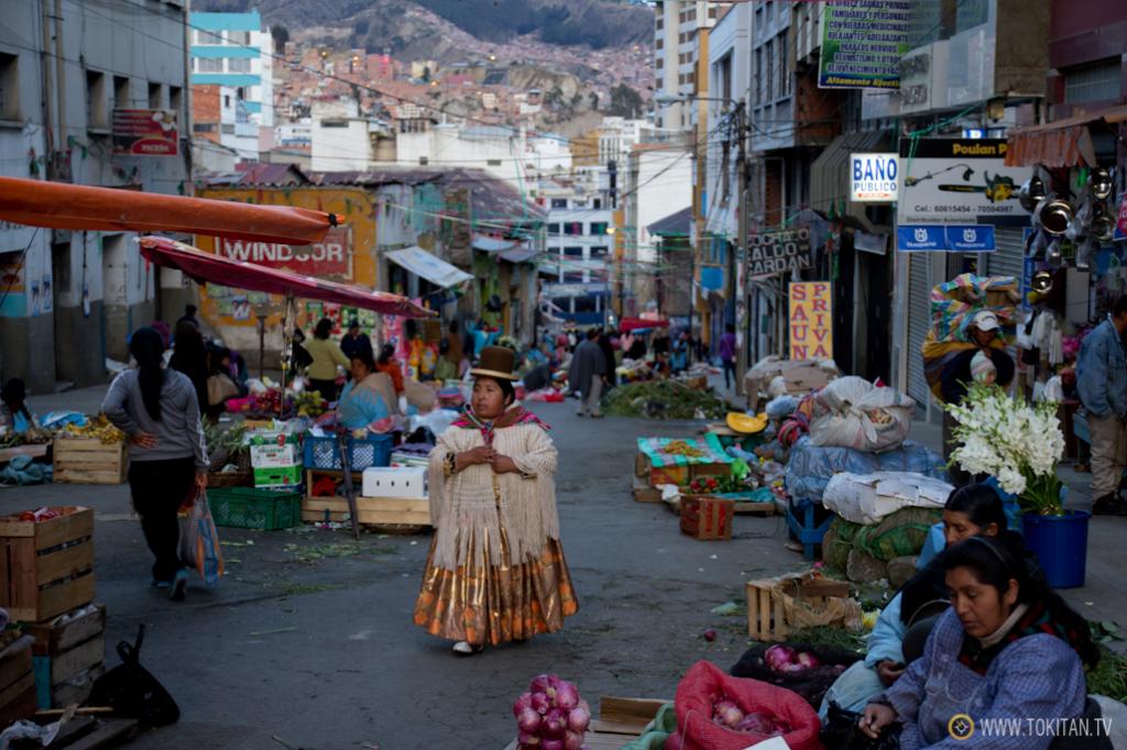 Las mujeres del altiplano, con sus atuendos típicos, compran y venden en este mercado de La Paz.