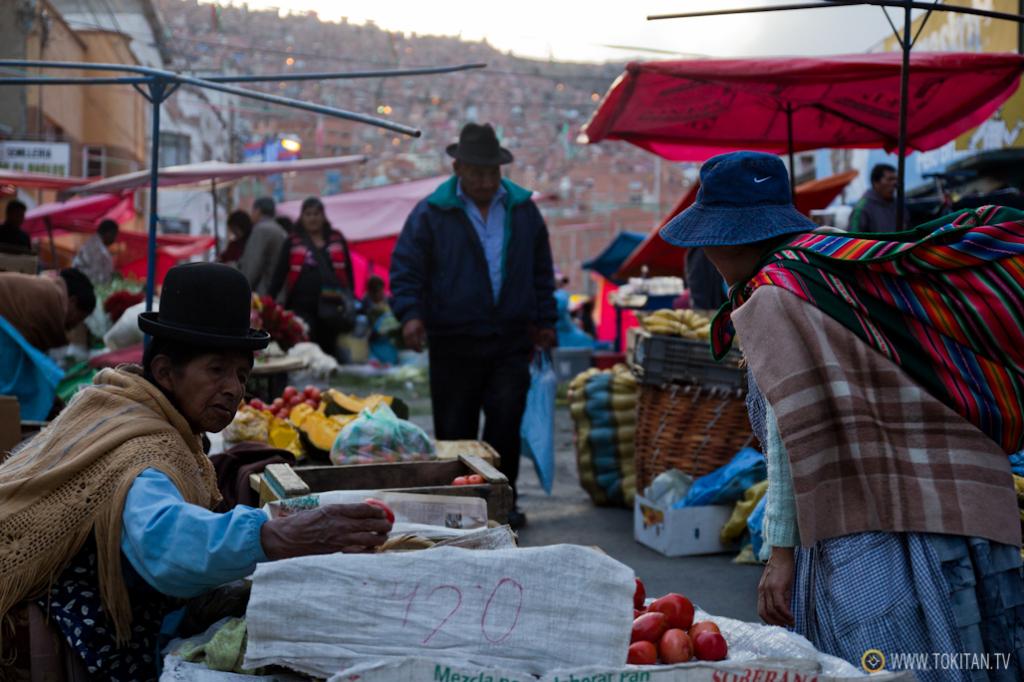 Dos mujeres negocian el precio de unos tomates en el mercado de La Paz.