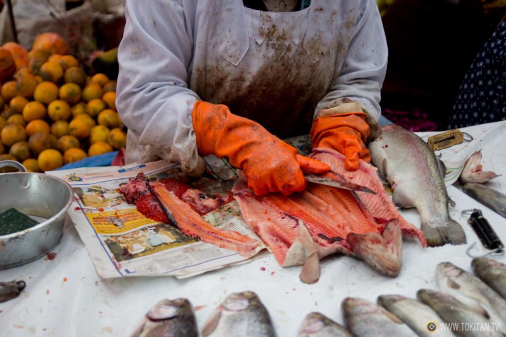 Las pescaderas preparan el pescado al gusto del cliente.