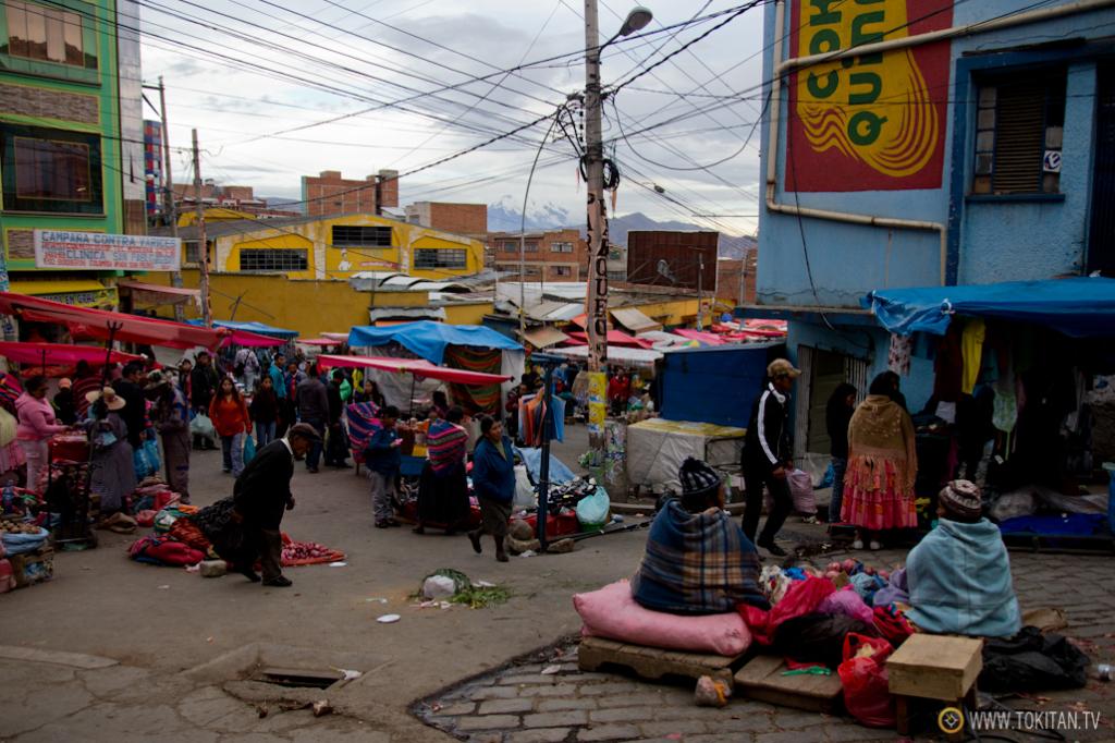 La calle Rodríguez y sus aledaños se convierten en un espectáculo social los sábados, con la llegada del mercado.