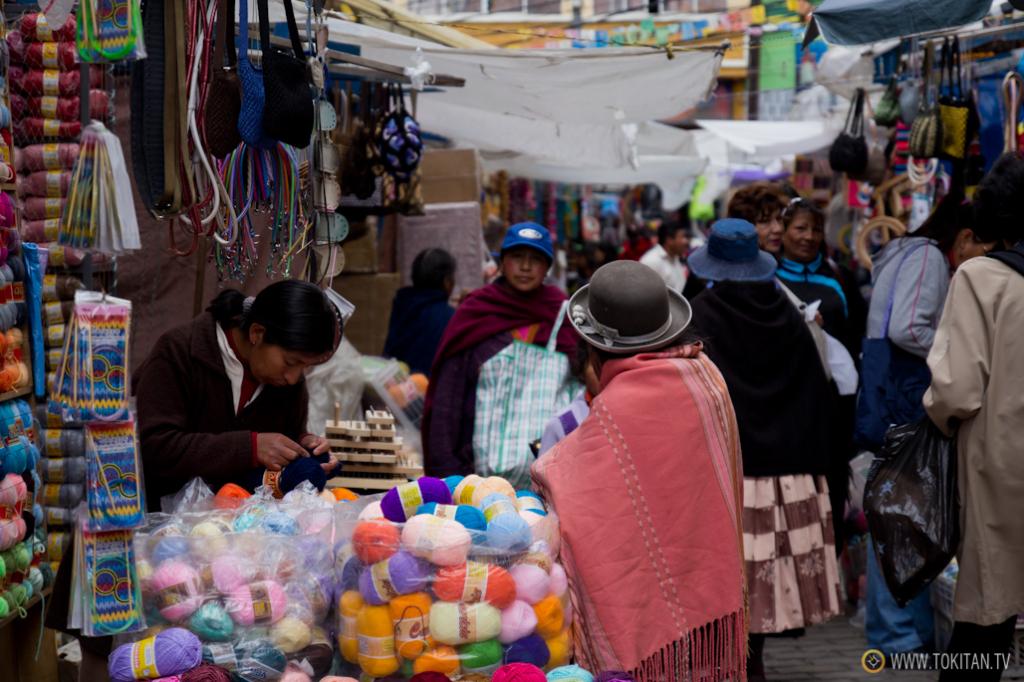 Las tiendas y puestos de lana se encuentra en el pasaje multicolor Max Paredes.