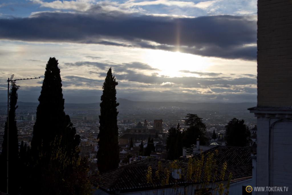 EL sol se va poniendo y comienza la fiesta en el Mirador de San Nicolás.