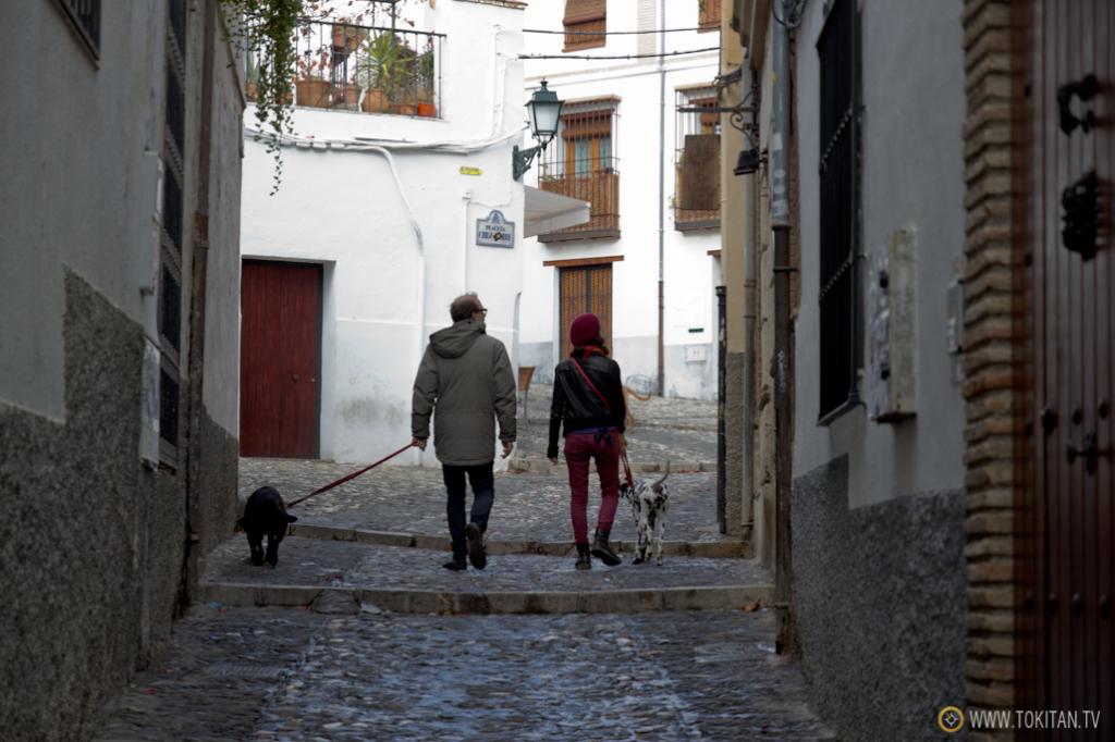 Subida hacia el mirador de San Nicolás, en el barrio del Albaicín.