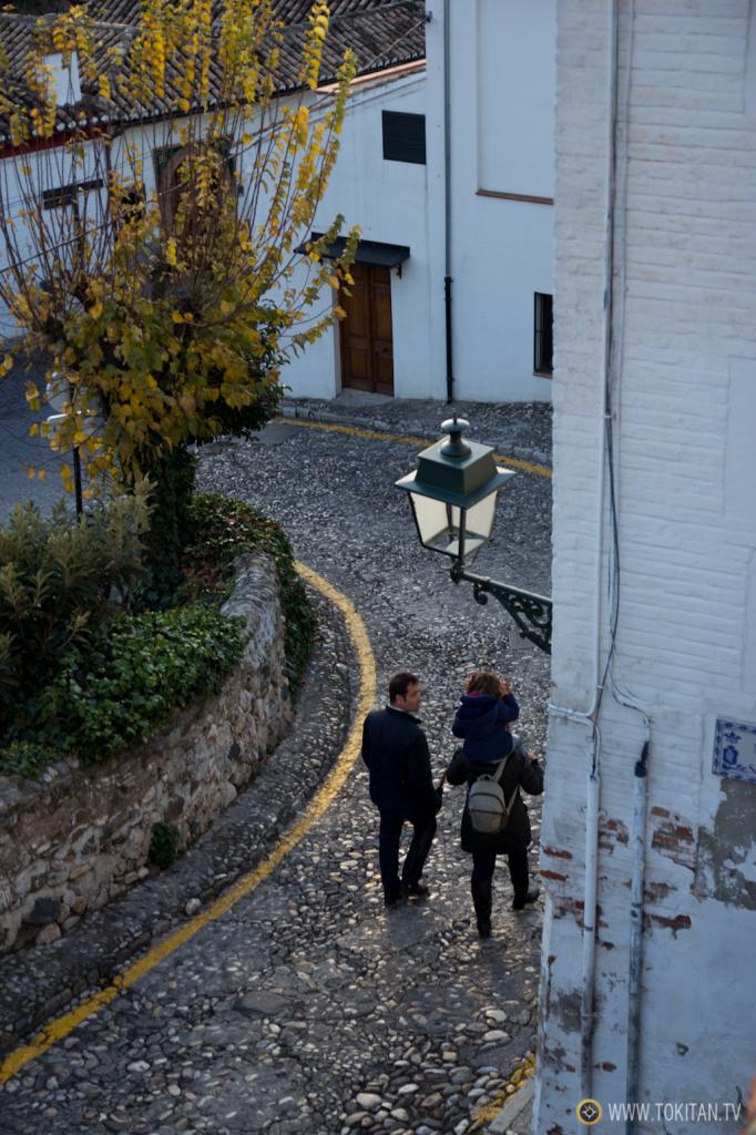 Una familia desciende por una calle del barrio del Albaicín.