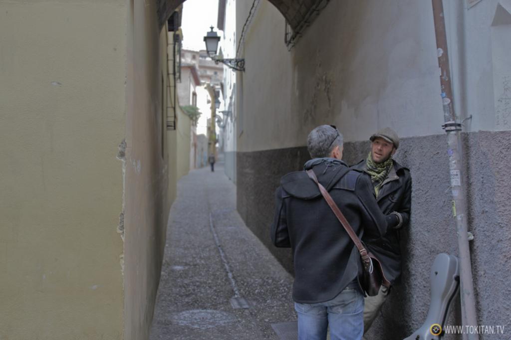 Las esquinas de las callejuelas del Albaicín son propicias para la charla y la tertulia.