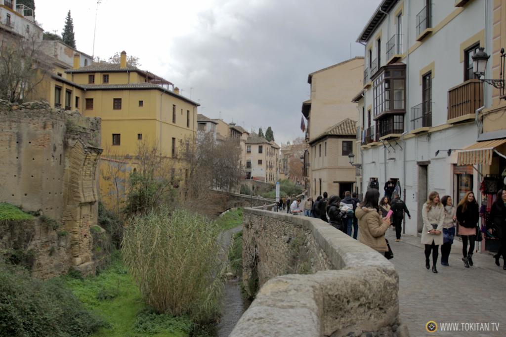 El barrio del Albaicín se extiende desde las orillas del río Darro, a lospies de la ALhambra, hasta lo alto de el mirador de San Nicolás.