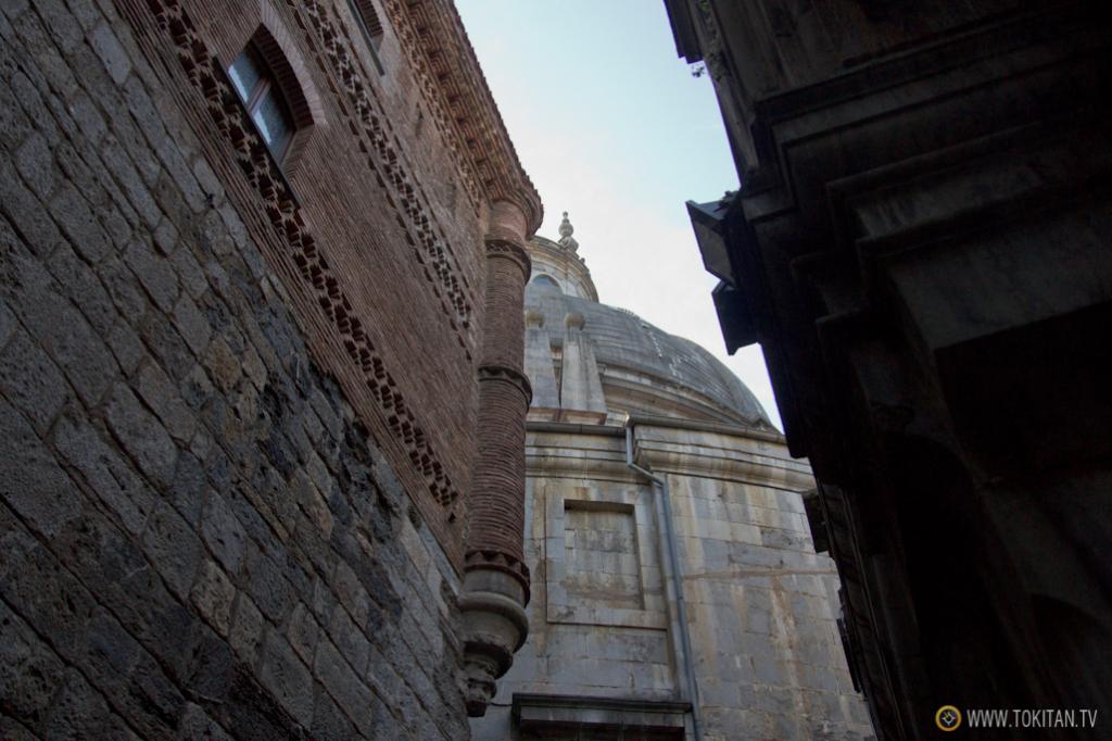 La casa torre natal de Iñigo López de Loyola y la basícila erigida en su honor.