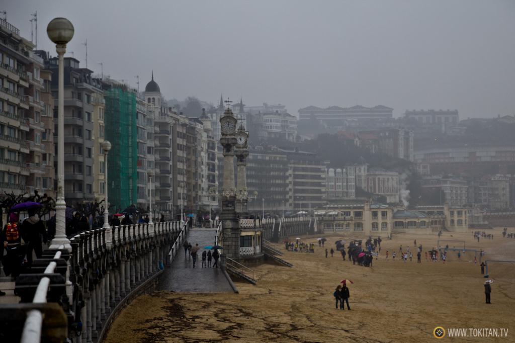 Pese al mal tiempo, cientos de personas han salido a la calle para observar el fenómeno de las mareas vivas.