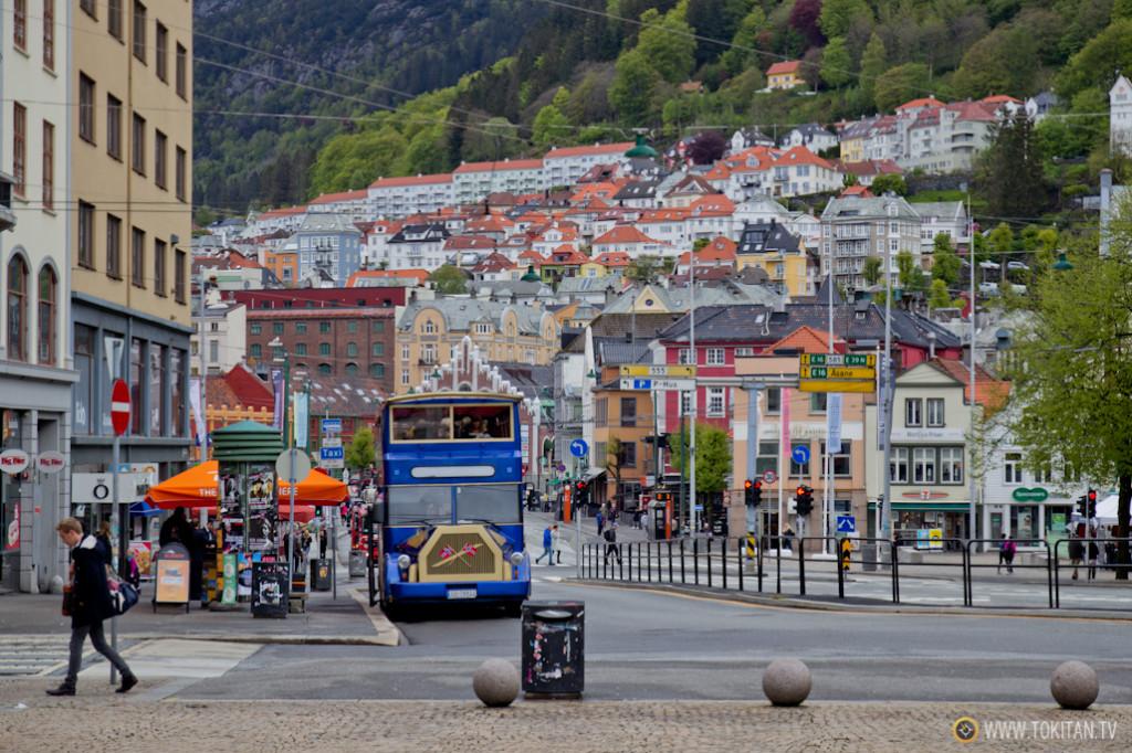 Autobús turístico en las calles de Bergen, la ciuedad considerada puerta de entrada a los fiordos de Noruega.
