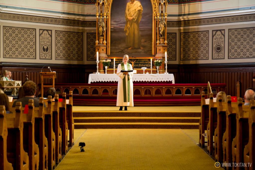 La relativamente nueva iglesia de Johanneskirken, en plena ceremonia.