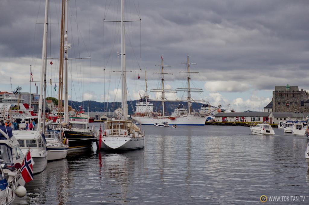 El barco Statsraad Lehmkuhl, que organiza excursiones, atracado en el puerto de Bergen.