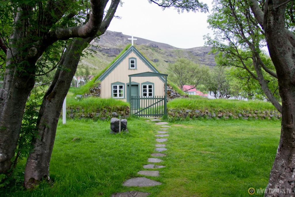 iglesias_turba_islandia_hofskirkja-tradicional-antigua-casas-entrada