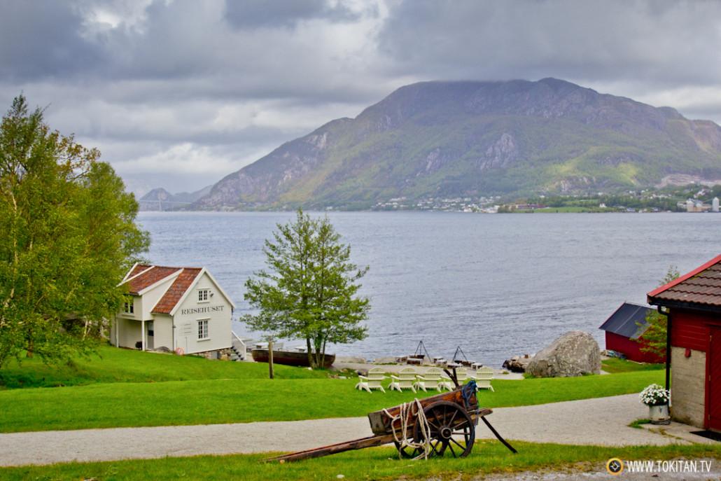 El Monte Uburen, frente a Bakernes Paradis, cerca de la confluencia entre los fiordos de Høgsfjorden y Lysefjord.