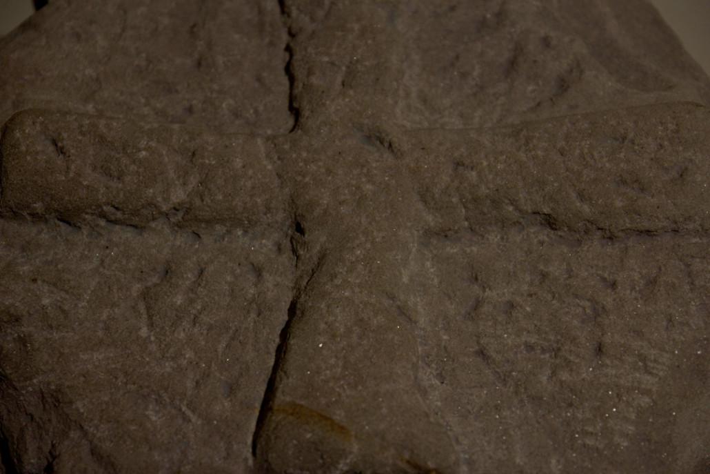 La estela de Arrikrutz, encontrada cerca de la entrada de la cueva.