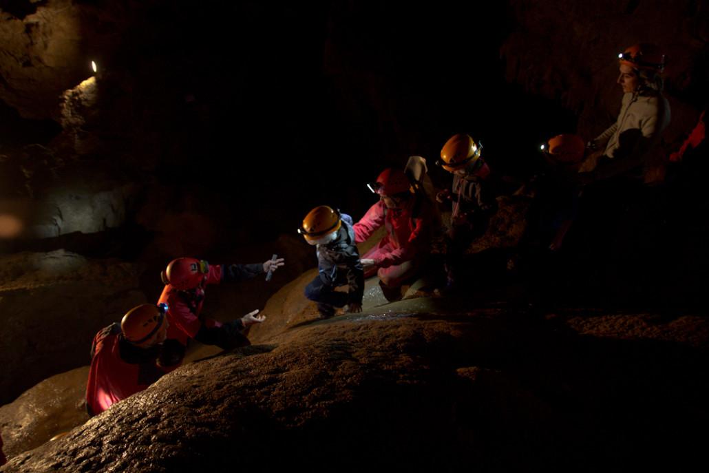 Los niños disfrutan de la visita guiada espeleotxiki, que les permite salirse del camino macado.