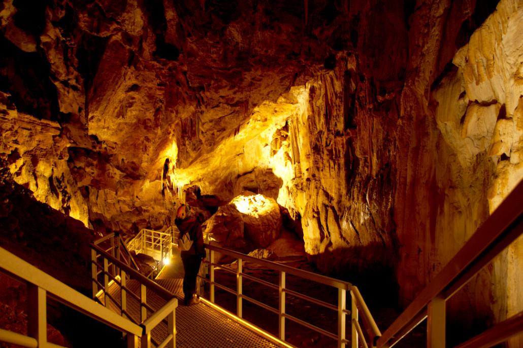 Pasarela en el interior de la cueva de Arrikrutz.