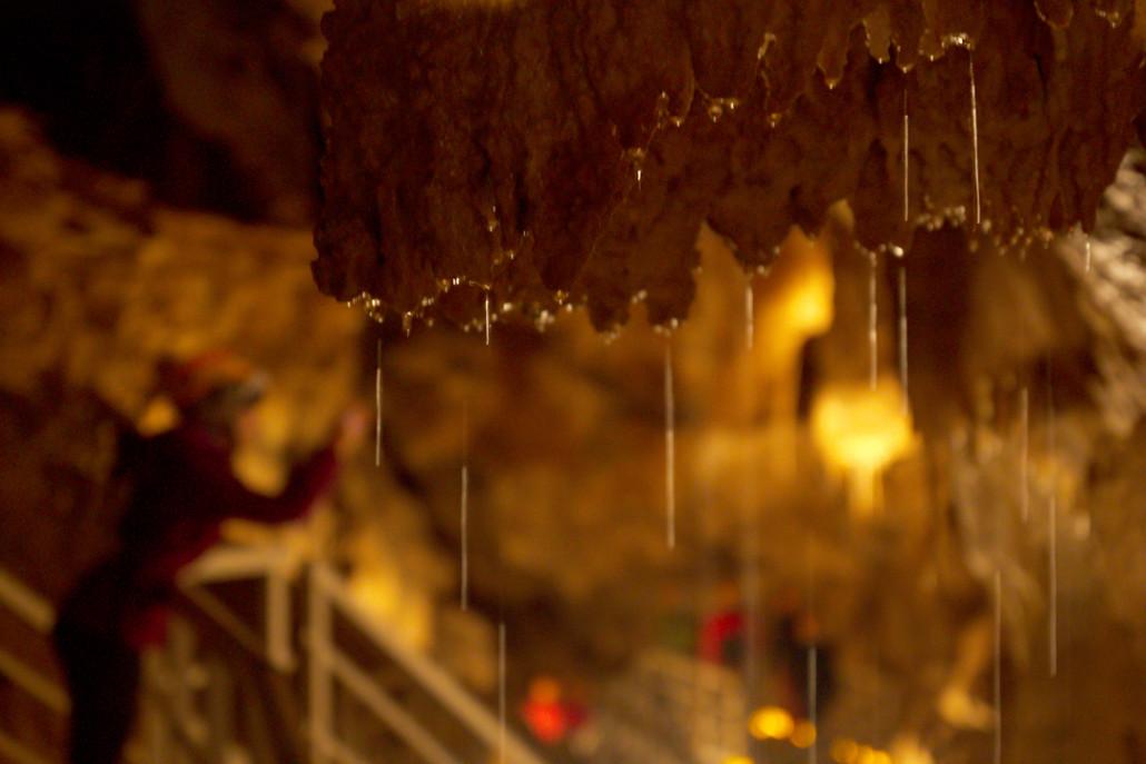 Algunas gotas de agua se deslizan por una estalactita de la cueva de Arrikrutz.
