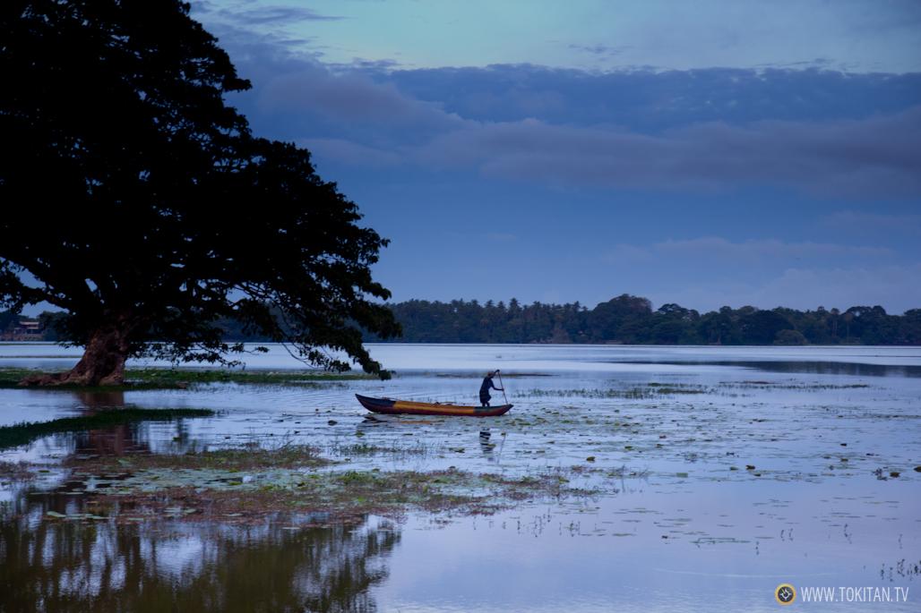 Una canoa se apresura a alcanzar la orilla antes de que caiga la noche.