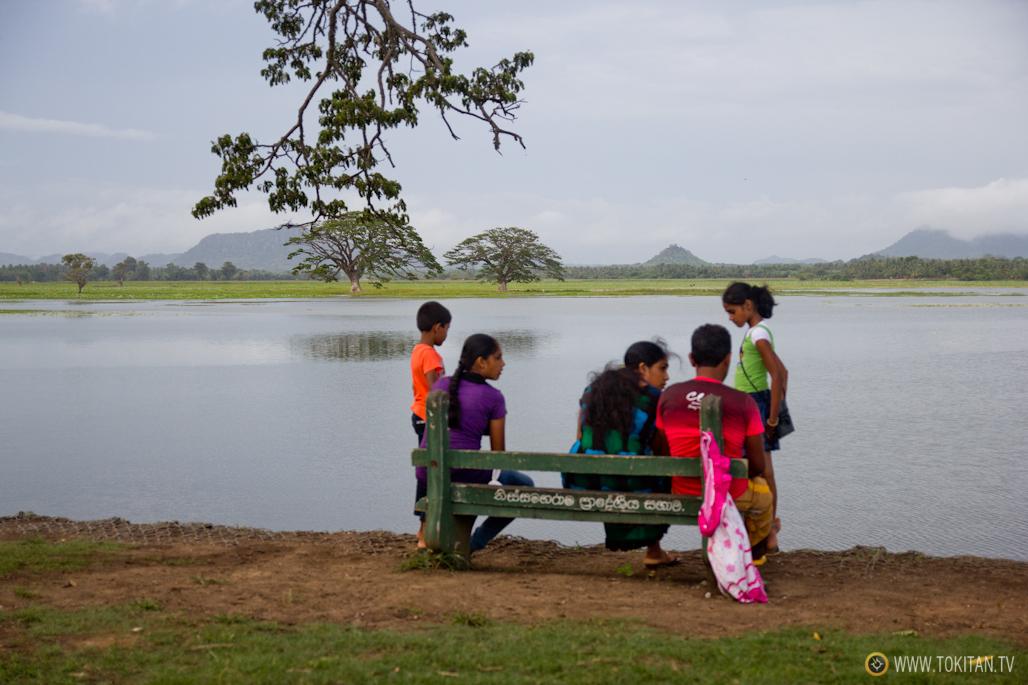 Las familias descansan en la orilla.