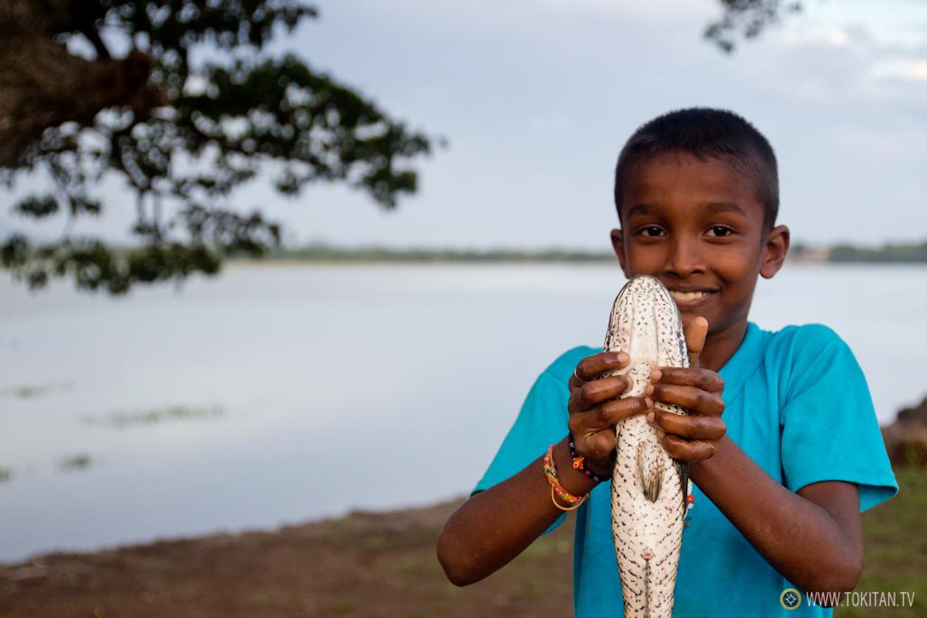 Un niño muestra orgulloso la captura del día.