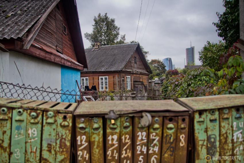 El barrio de Snipiskes de la capital de Lituania, Vilnius,  y sus tradicionales casas de madera.
