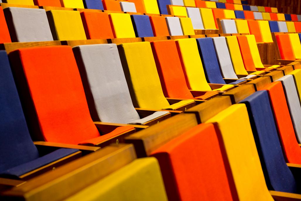 Las butacas de colores del escenario del TOPIC.