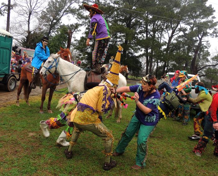 Celebración del Courir de Mardi Gras en Acadia, uno de los carnavales tradicionales europeos que se celebran en América. Faquetaigue_Courir_de_Mardi_Gras_2013_HRoe_01