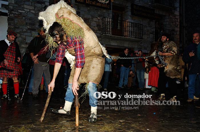 El oso y el domador del Carnaval de Bielsa, uno de los carnavales tradicionales de Huesca. Foto: Jon Izeta Carnavaldebielsa.com http://carnavaldebielsa.com/