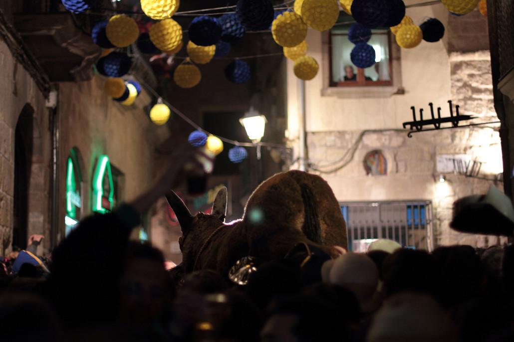 El ruc, el muñeco que representa un burro, antes de ser colgado por el campanario. Nuria M. Pascual