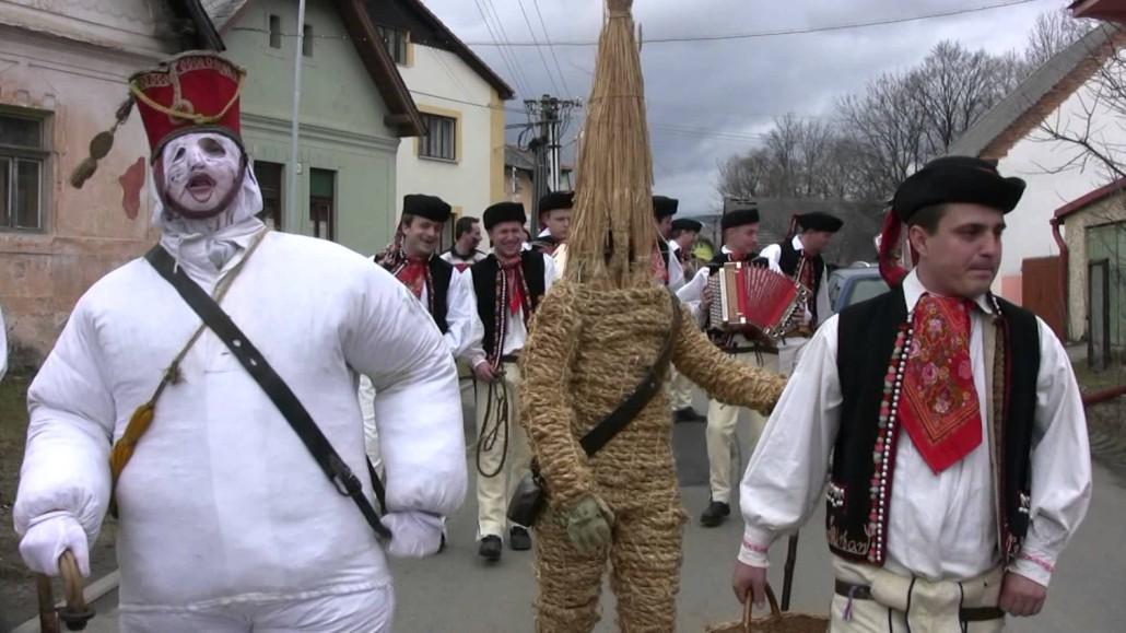 maschere visitano slovacchi Fašiangy nella città di Batizovce.