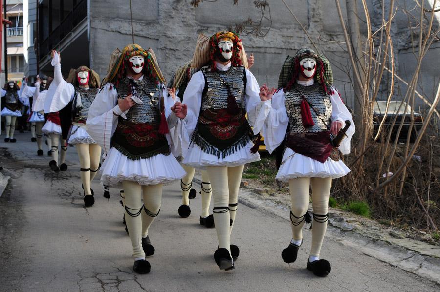 Genitsarois y boules desfilan por las calles de Naoussa, en el carnaval tradicional griego. Χάρης Κλέντος https://www.flickr.com/photos/128934630@N02/16029793984/in/dateposted/