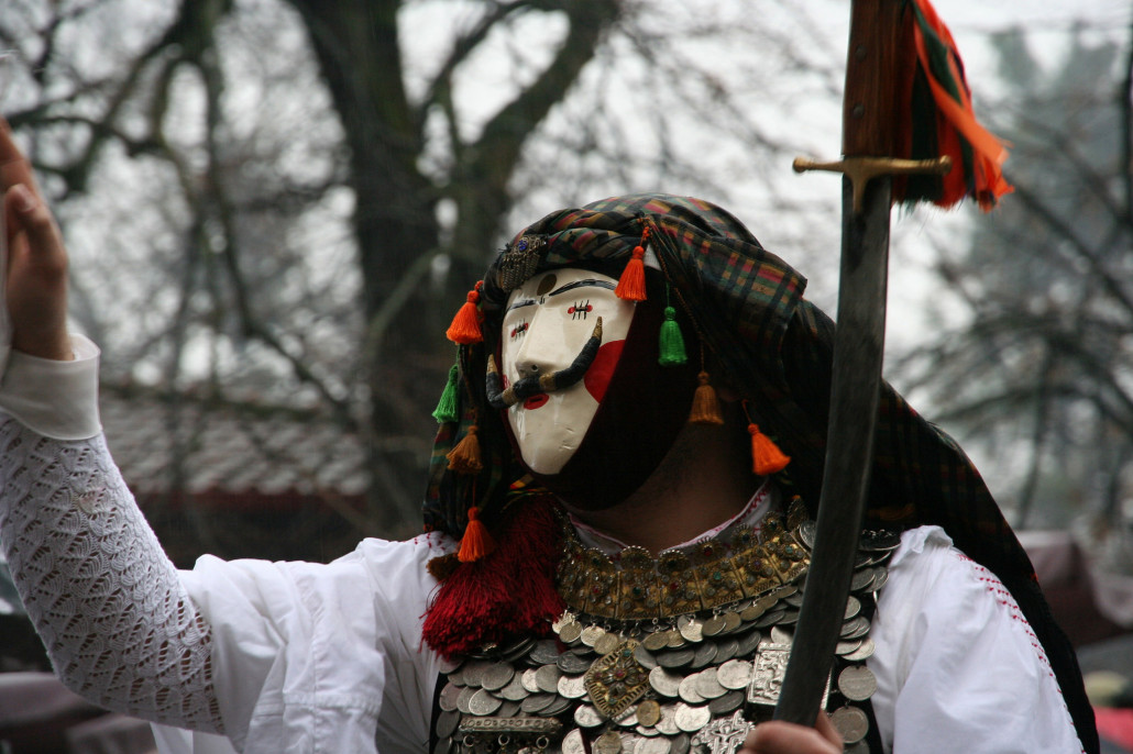 Detalle de las caretas del carnaval tradicional de Naoussa, en Grecia. Foto by https://www.flickr.com/photos/128934630@N02/16029793984/in/dateposted/ cc-by-sa Χάρης Κλέντος
