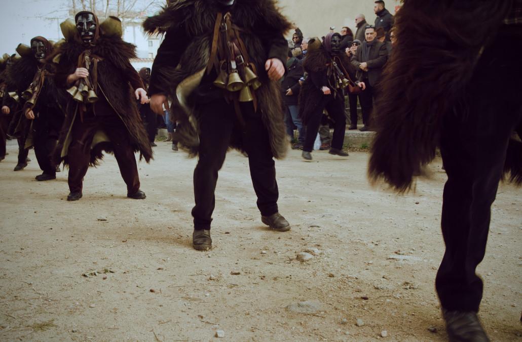 Mamuthones desfilan en el carnaval ancestral de Cerdeña. xx-by-sa-nc Mumucs