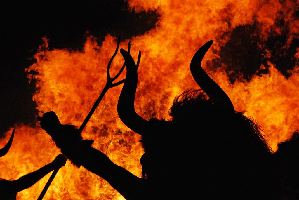 Momotxorros silhouette Altsasu, uno dei personaggi più spaventosi del carnevale rurale in Navarra, contro le fiamme. Foto: Mr. Theklan https://www.flickr.com/photos/theklan/with/5513011653/https://www.flickr.com/photos/theklan/with/5513011653/