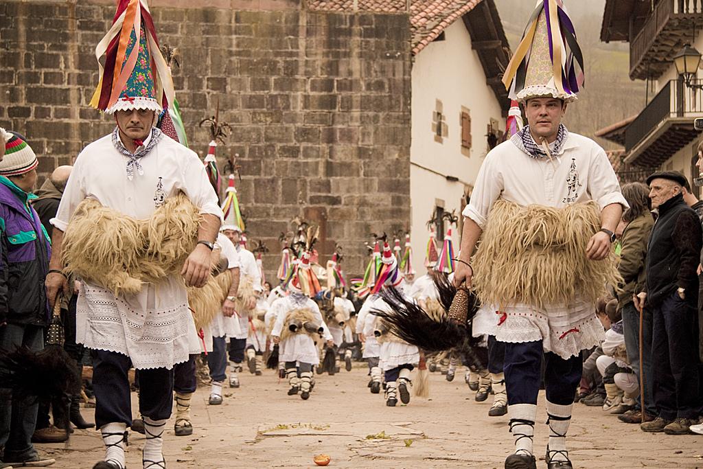 Il joaldunak di Ituren e Zubieta, una delle più celebri figure del carnevale basca rurale. Foto: Ruben Leria. https://www.flickr.com/photos/46169623@N08/with/5473485288/