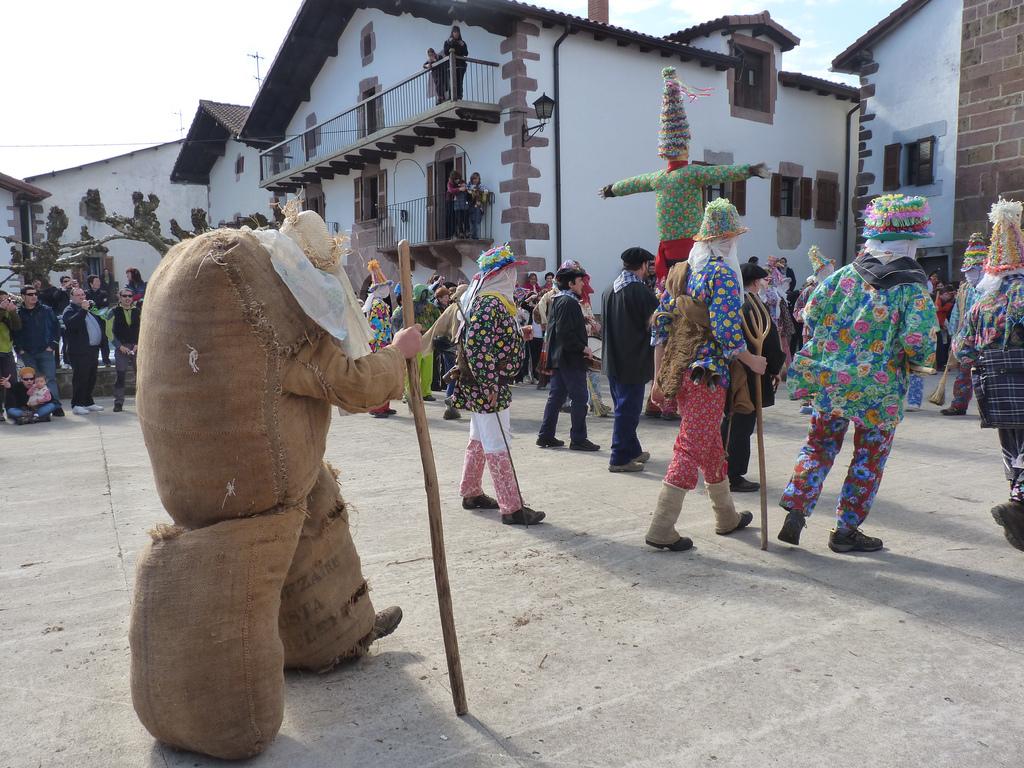 Los carnavales de Lantz son conocidos por ser uno de los más transgresores del carnaval rural vasco. Foto: Dantzan https://www.flickr.com/photos/dantzan/with/5570439269/