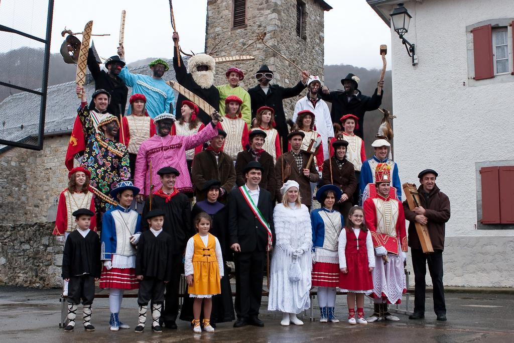 Los personajes de la Maskarada de Zuberoa posan para la foto de grupo. | Foto: Dantzan