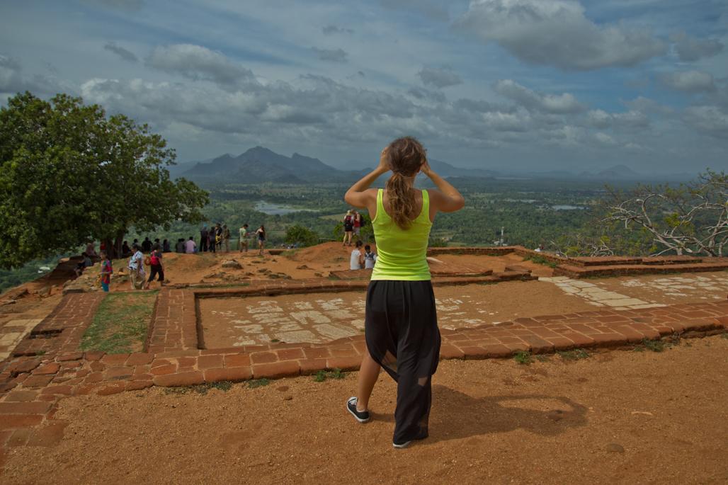 fortaleza-palacio-sigiriya-sri-lanka-arqueologia-roca-leon-volcan-cima-turista