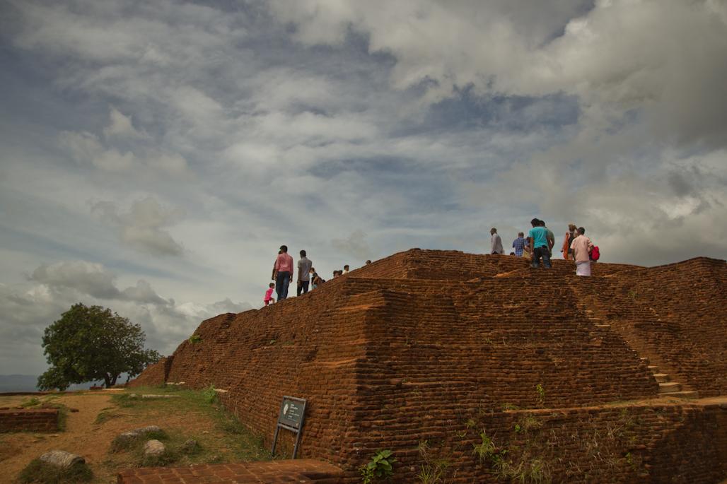 fortaleza-palacio-sigiriya-sri-lanka-arqueologia-roca-leon-volcan-cima