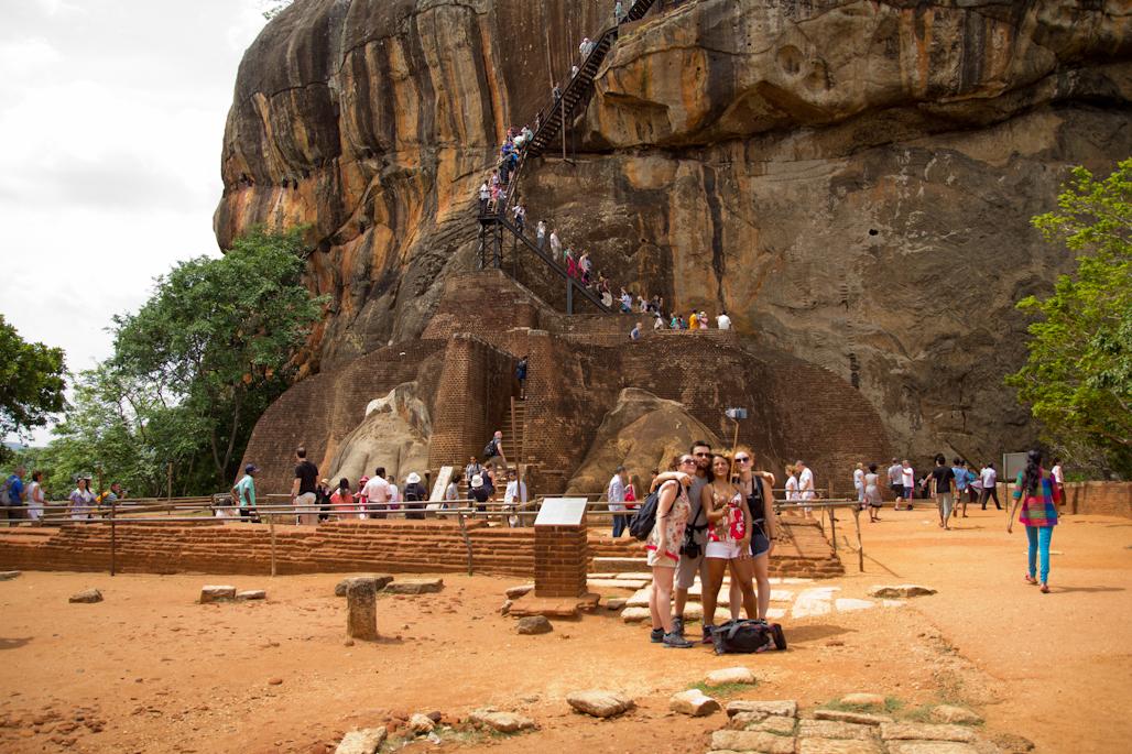 fortaleza-palacio-sigiriya-sri-lanka-arqueologia-roca-leon-volcan-escalera-turistas