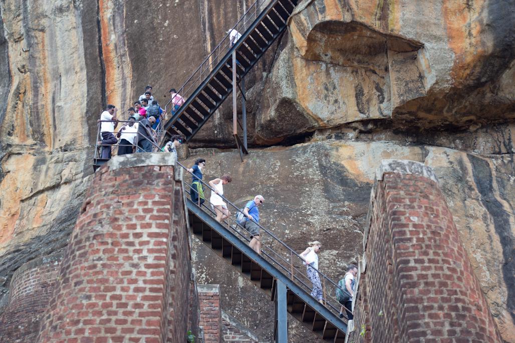 fortaleza-palacio-sigiriya-sri-lanka-arqueologia-roca-leon-volcan-escalera
