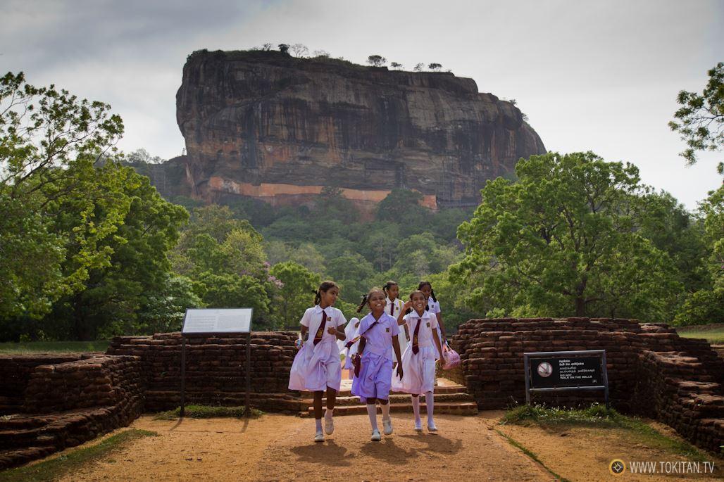 fortaleza-palacio-sigiriya-sri-lanka-arqueologia-roca-leon-volcan-escolares