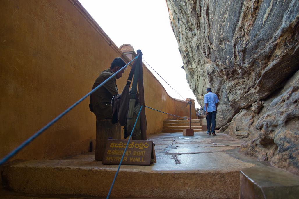 fortaleza-palacio-sigiriya-sri-lanka-arqueologia-roca-leon-volcan-muralla-dentro