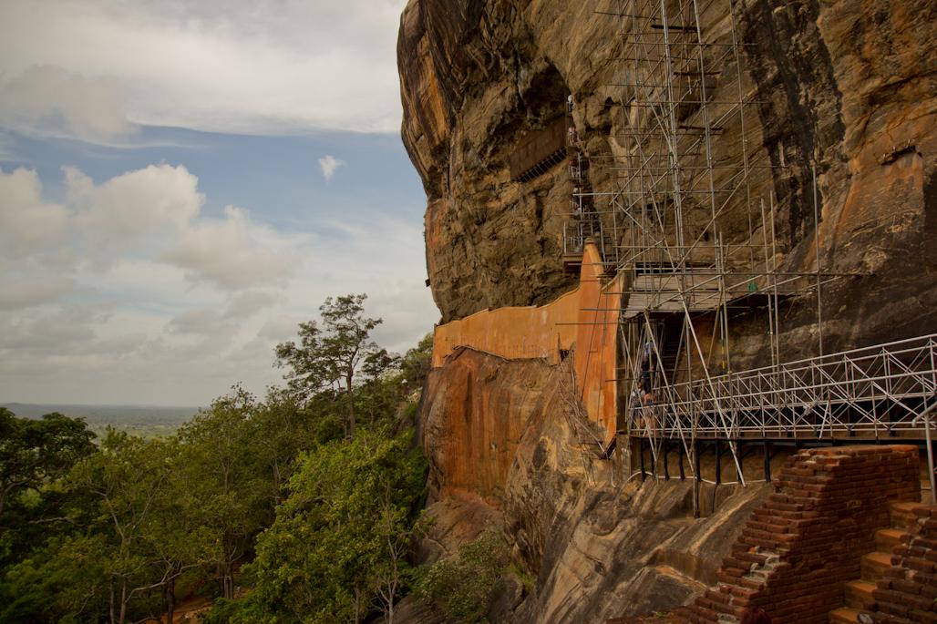 fortaleza-palacio-sigiriya-sri-lanka-arqueologia-roca-leon-volcan-muralla-espejo