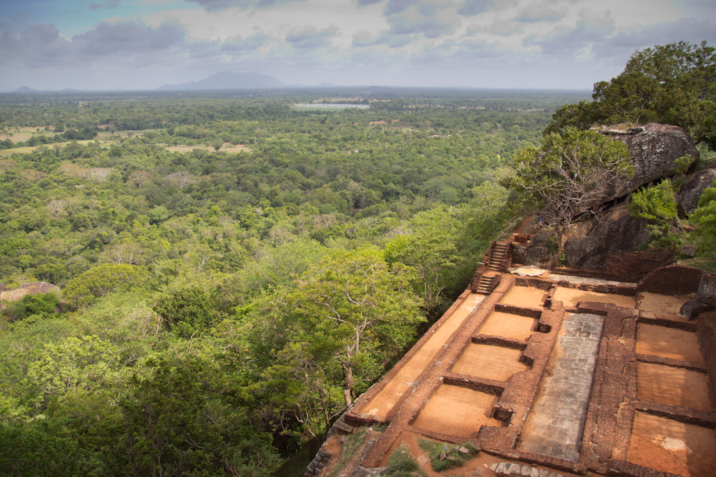 fortaleza-palacio-sigiriya-sri-lanka-arqueologia-roca-leon-volcan-terraza
