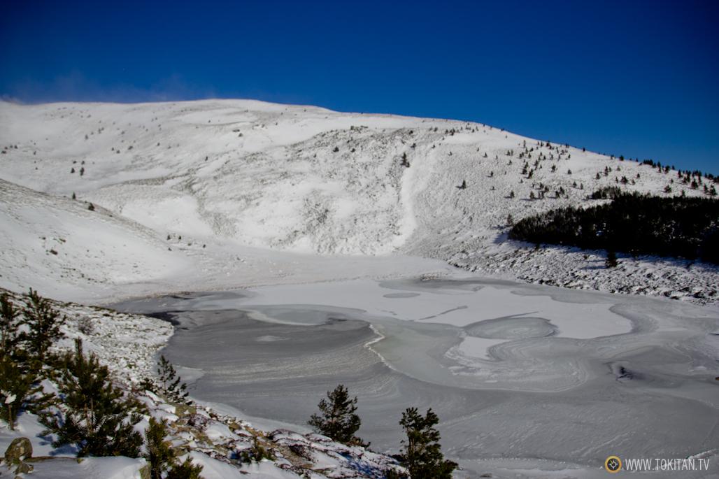 La imagen de la Laguna Cebollera congelada recuerda ciertamente un paisaje glaciar.